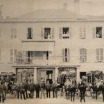 """Poste de Bex avec les diligences vers 1885. Actuellement """"Pain d'Avoine"""" ou """"Maison Vernet"""""""